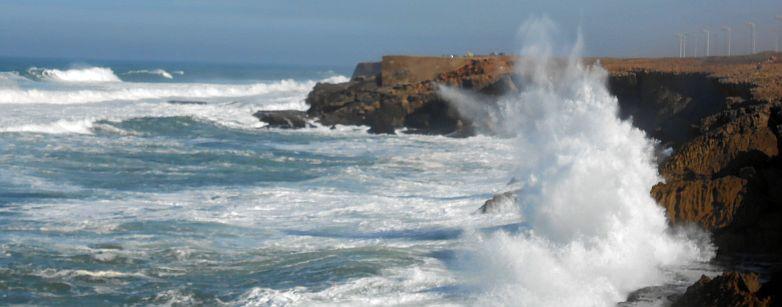Atlantik-Wellen und Felsen südlich von Rabat