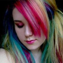 Cabelo loiro com mechas coloridas