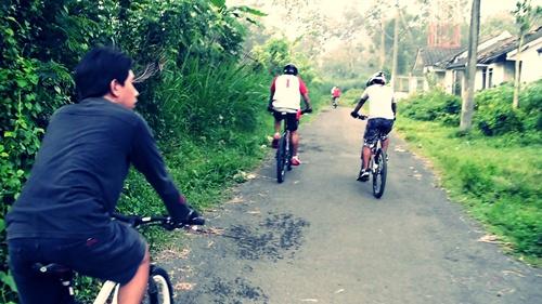 Menu pagi ini adalah tanjakan Gunung Buring. Diawali dengan menanjak aspal melewati perumahan Oma View, Malang.