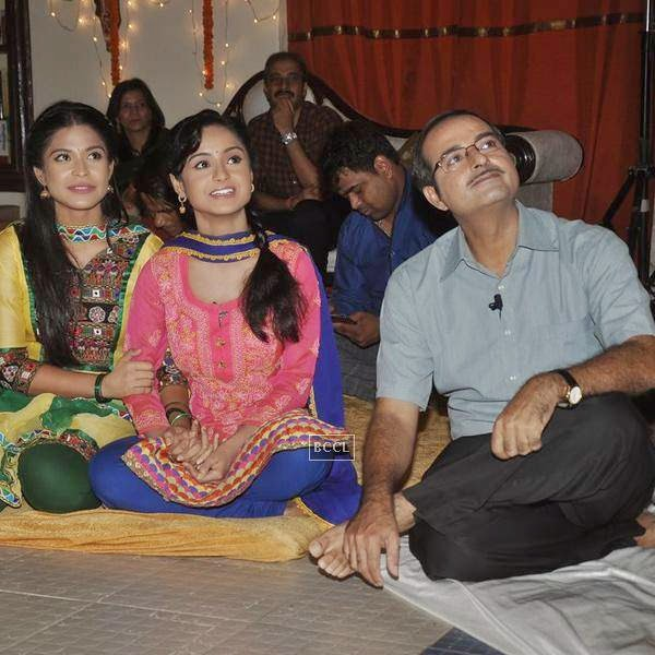 Cast and crew of new TV serial Shastri Sisters snapped during the launch of the show. (Pic: Viral Bhayani)