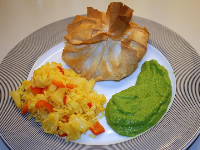 Sprøde fiskepakker med ris og ærtepure