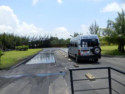 Piscinas para lavagem dos pneus dos caminhões e veículos evitam a saída de material nos pneus o que diminui muito que os resíduos se espalhem pelo caminho