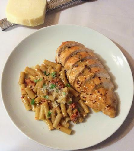 Pierś z kurczaka, filet drobiowy, szybki obiad,makaron, suszone pomidory,sos śmietanowy, obiad, przepis, kurczak, parmezan, suszone pomidory,