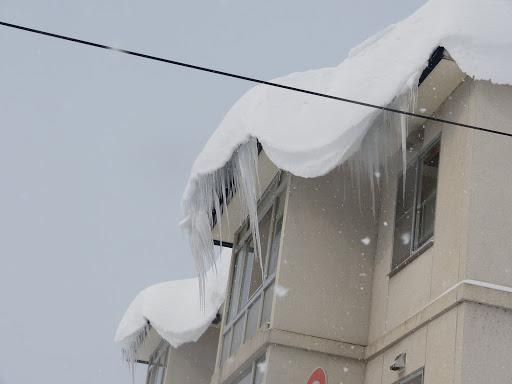 住宅の屋根からつららが・・・