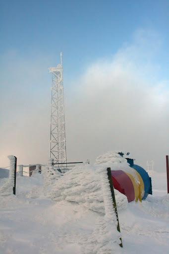 Munții Vrancei vârf Covasna iarna zăpadă tricolor
