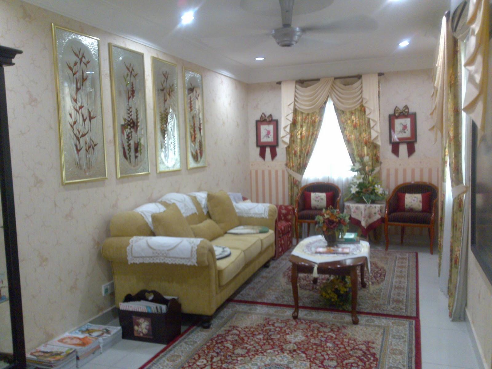 Ruang Tamu Ketiga Yang Juga Menjadi Untuk Majlis Solat Hajat Usrah Dan Bacaan Yin Hiasan Dindingnya Dengan Frame Cermin Bercorak Bunga