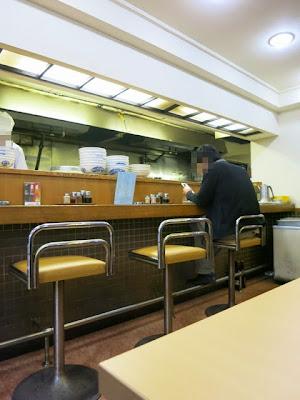 厨房に面したカウンター席