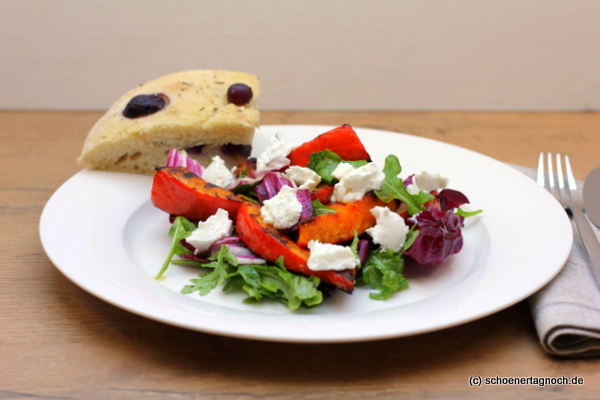 Salat mit gegrilltem Kürbis, Radicchio, Rucola, Ziegenfrischkäse und Ahornsirup-Dressing
