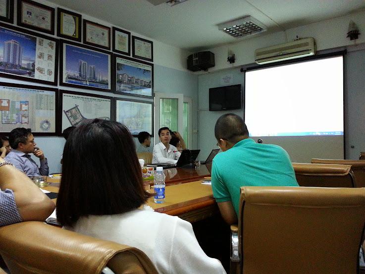 nhân viên phục hưng holdings chăm chú nghe đào tạo sử dụng phần mềm