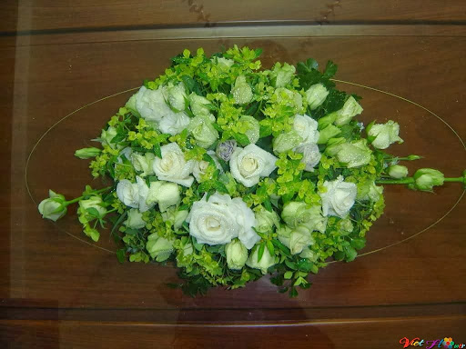 Cắm hoa hồng trắng cùng tông màu xanh
