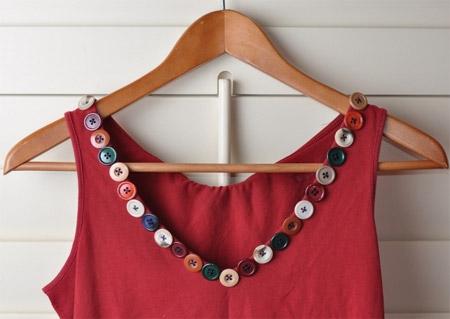 Inspiração: botões coloridos no decote da blusa regata