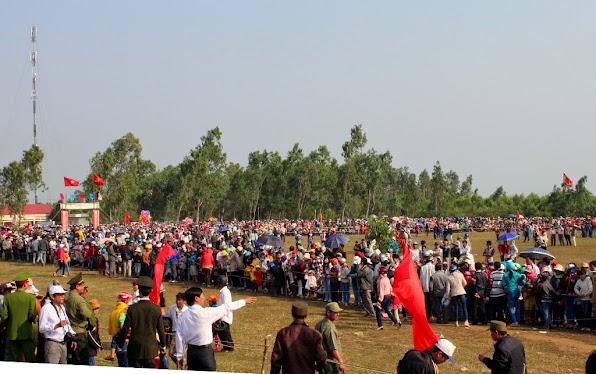 Hàng ngàn người dân và du khách đến xem Hội đua ngựa Gò Thì Thùng