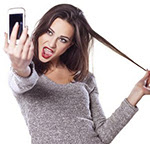 woman taking selfie herself Psihoza (sau ...moda!) selfie!