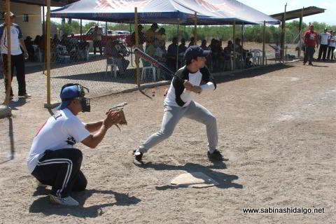 Román Espinosa bateando por Ponchados en el softbol del Club Sertoma