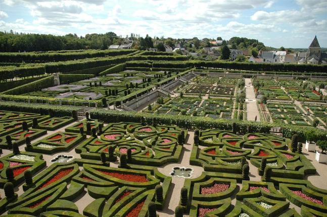 restaura e criando os seus maravilhosos jardins por volta de 1910