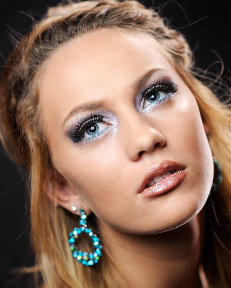 Headshot_of_Model_with_Blue_Eyeliner.jpg