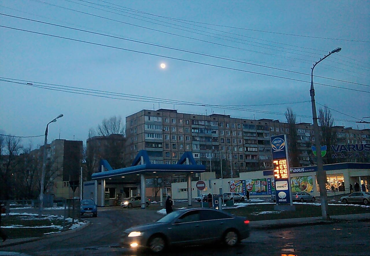 AliFerster :: Луна над заправкой у микрорайона Ласточка :: Кривой Рог :: 2013