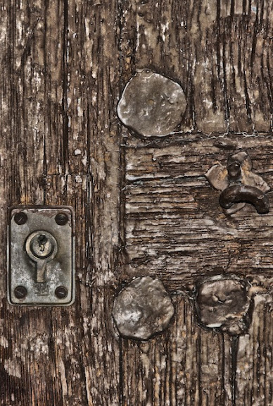 Imagen en detalle de una cerradura nueva en una puerta vieja