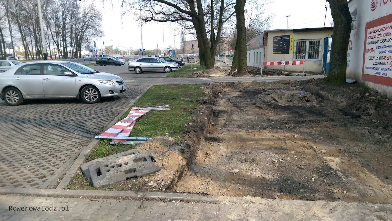 Piesi i zagubieni rowerzyści omijają plac budowy po parkingu