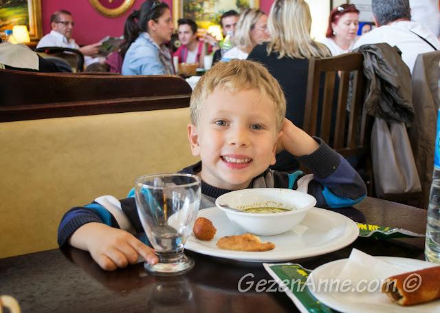 Aşina Restoran'da içli köfte ve yuvalama yerken, Gaziantep