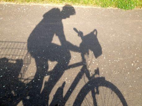 Chris on the Bike: Schatten auf dem Radweg am Nachmittag