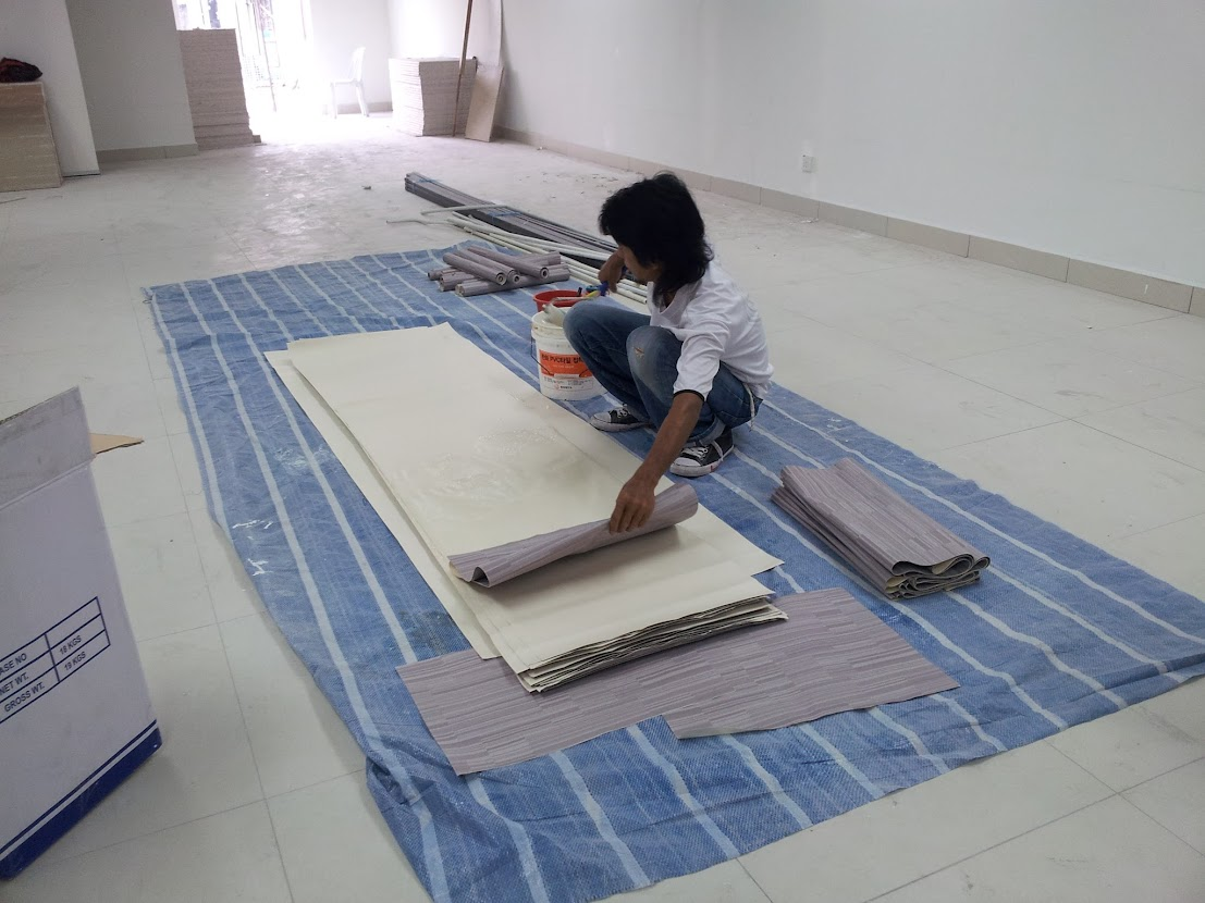 laying wallpaper to wall