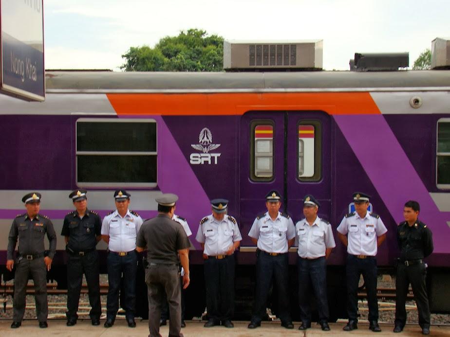 Ejército de ferroviarios tailandeses antes de emprender el viaje