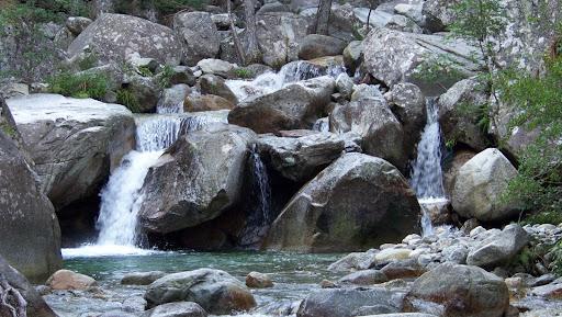 Les gués sont rares et la rivière est assez grosse en ce mois de juillet