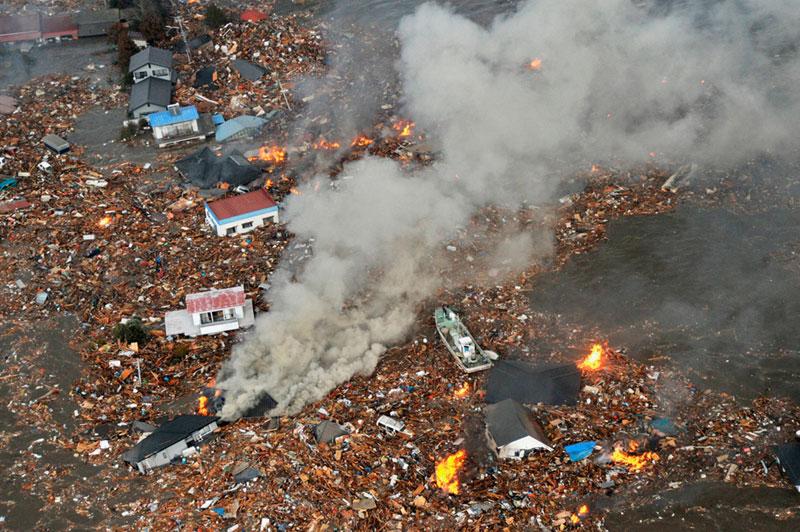https://lh6.googleusercontent.com/-NDrW4chohtQ/TXpEZO2zwKI/AAAAAAAABg8/mvtQkksMvh4/s1600/japan-tsunami-earthquake-photo-stills-010.jpg