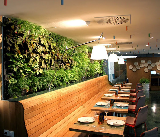 Jard n vertical interior en el restaurante cheese bar de for Bar jardin barcelona