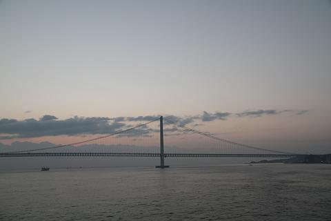 名門大洋フェリー「フェリーきょうと2」 朝の明石海峡大橋