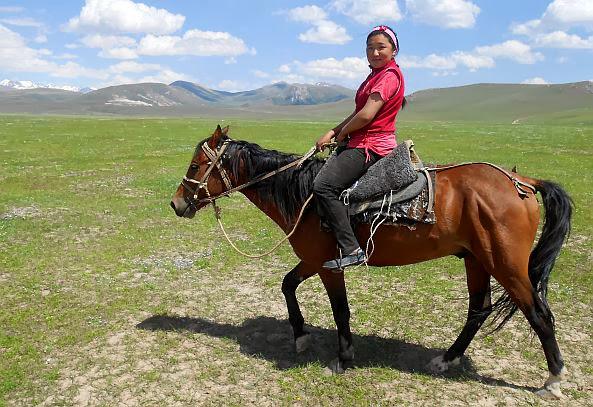 Junge kirgisische Reiterin im Tal des Kara-Kudzhur (Kara-gudzhir, Kara-Gudzhur, Kara-gujir, Kara-Khodzhur', Karakudzhur, Karakujur, Кара-Куджур), Kirgistan