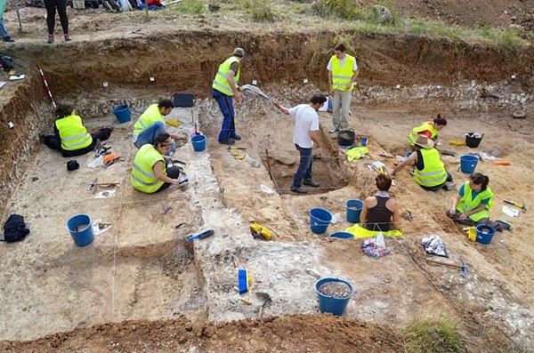 Durante la excavación del yacimiento de Charco Hondo. Foto: El País.