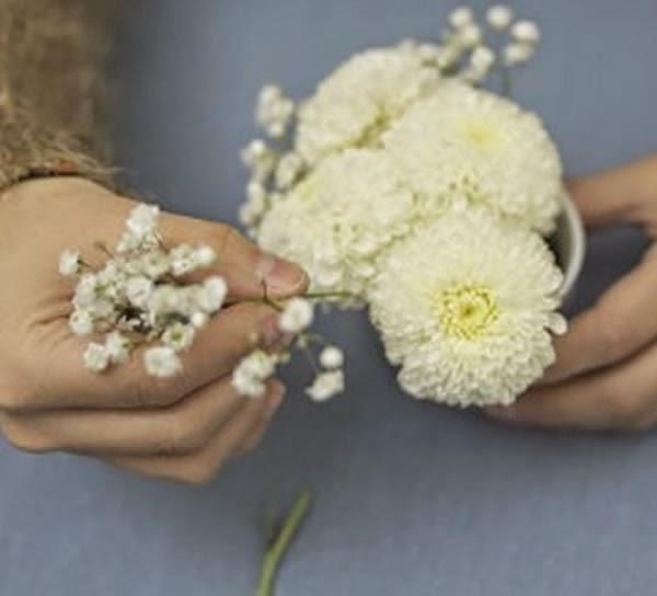 Inserir flores na espuma floral