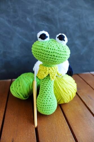 Not 2 late to craft: Sonall de la granota Gustau / Kermit the frog crochet rattle