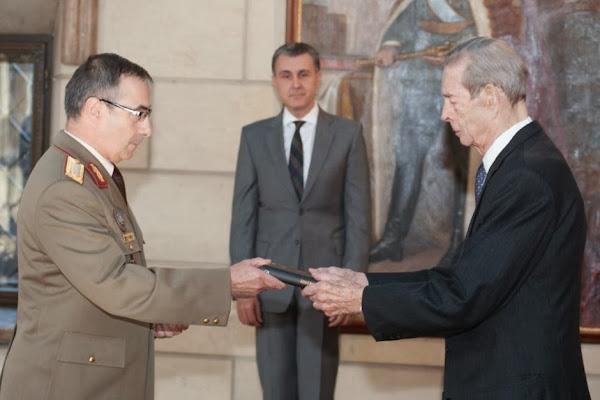 Luni, 4 noiembrie 2013, Majestatea Sa Regele Mihai I a primit delegația de profesori reprezentând Universitatea Națională de Apărare Carol I, în frunte cu comandantul/rector al universității, generalul-locotenent prof. dr. Teodor Frunzeti.