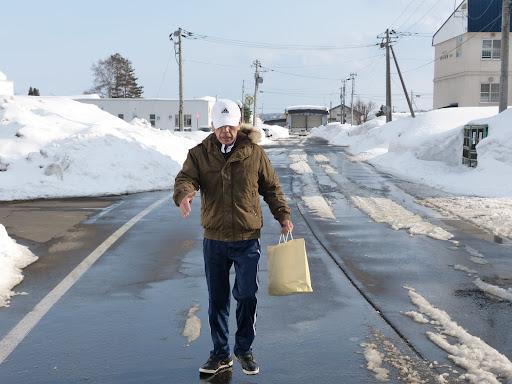 雪解けの進む中、福祉センターに向かいます