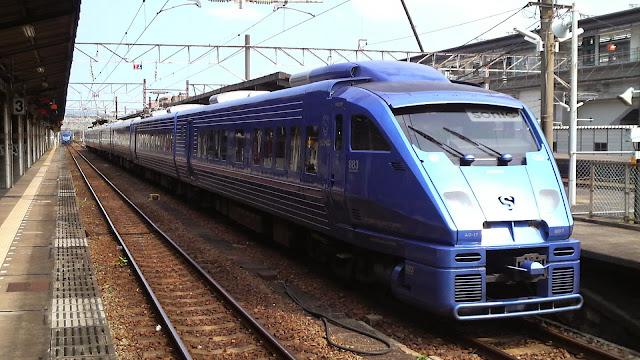 Tàu hỏa JR Kyushu Sonic 883 trong thực tế
