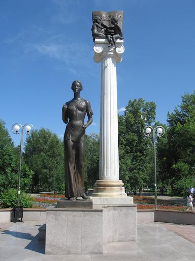 Памятник Роза из двух видов гранита ЦСКА Мемориальный одиночный комплекс из двух видов гранитов Верхняя Тура