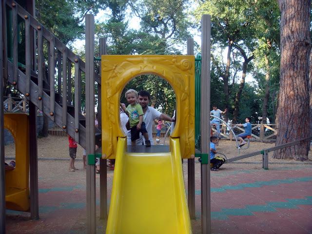 Emirgan korusunda çocuk parkında