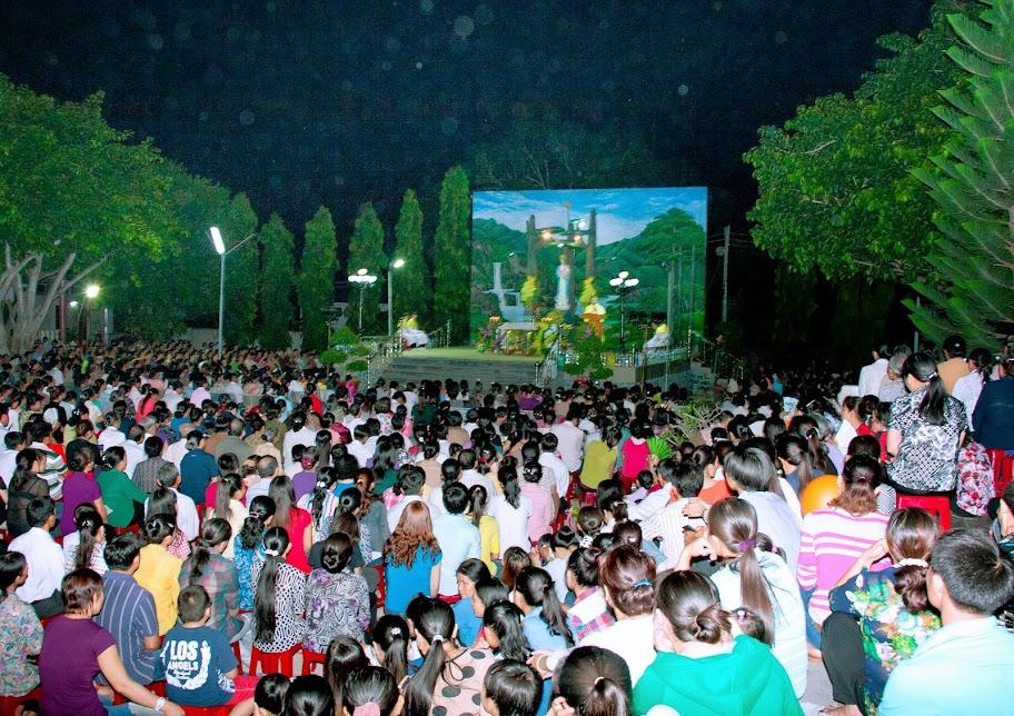 Hình ảnh giáo xứ Phú Phong dâng lễ kết thúc tháng Mân côi và mừng kính các Thánh Nam Nữ.