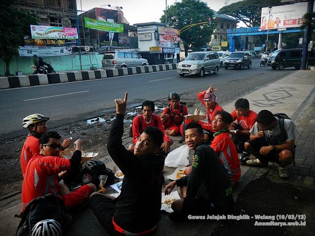 Makan di pinggir jalan besar di Kota Malang..