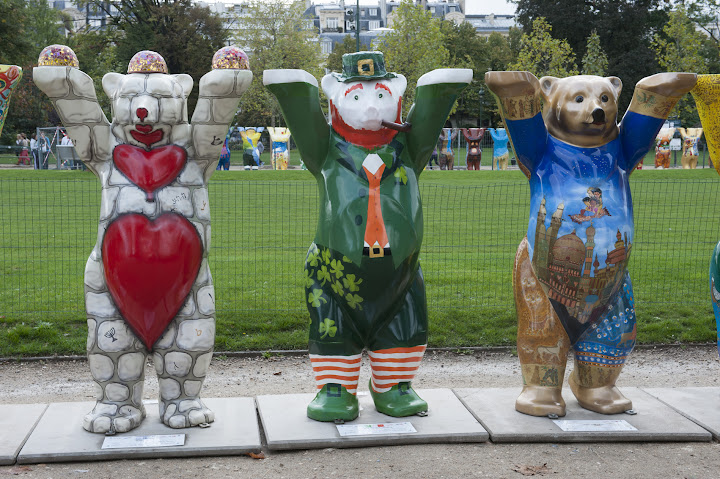 The United Buddy Bears at the Champ de Mars in Paris, France (photo by Sophie Robichon / Mairie de Paris)