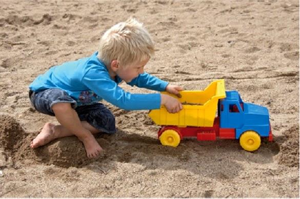 Xe tải có thể kết hợp với các đồ chơi cát khác rất lý tưởng cho bé chơi