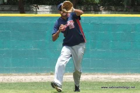 Ramiro Garza fildeando por Yaquis en el beisbol municipal