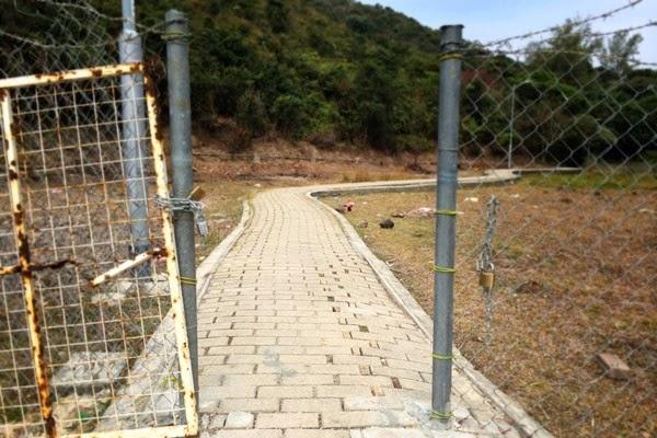 圖:2013 年最後一天,大浪西灣「不包括土地」納入郊野公園。同日,村民豎起欄網、設置閘口,阻止遊人進入。