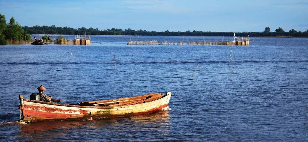 Kubu Raya memiliki daya tarik wisata yang berlimpah seperti wisata sungai, pantai, gunung, keanekaragaman flora & fauna.