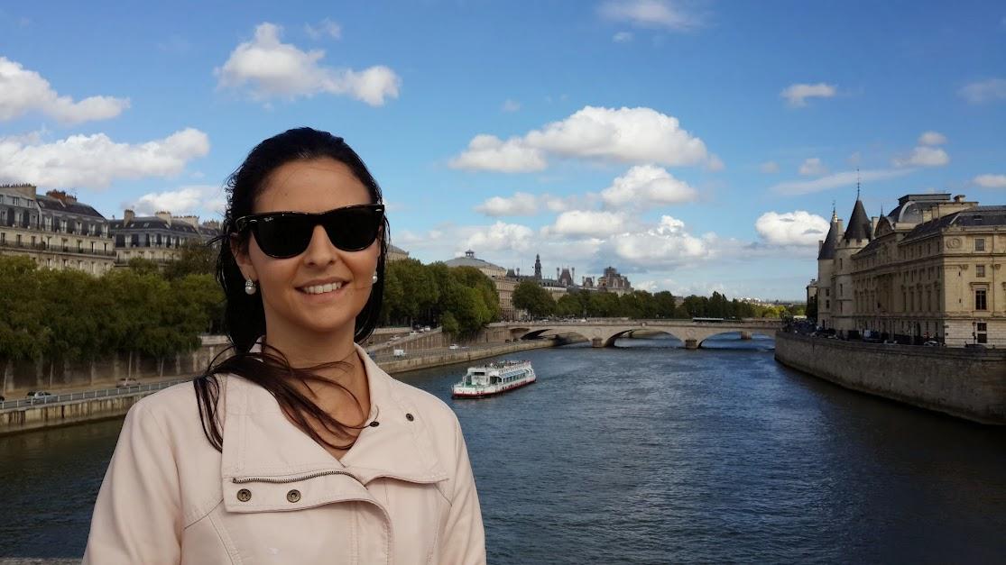 Carol no Rio Sena em Paris