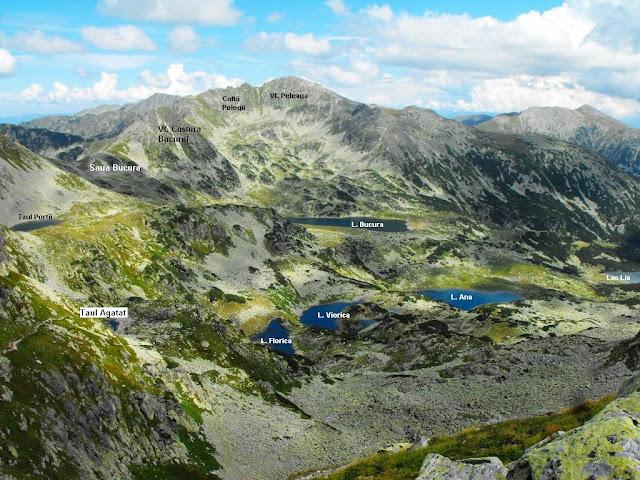 Salba de lacuri glaciare sau tăuri din Caldarea Bucurei. Taul Portii este cel mai inalt lac din Carpati cu altitudinea de 2260m. Lacul Bucura este cel mai mare lac glaciar din tara cu o suprafata de aproape 9ha