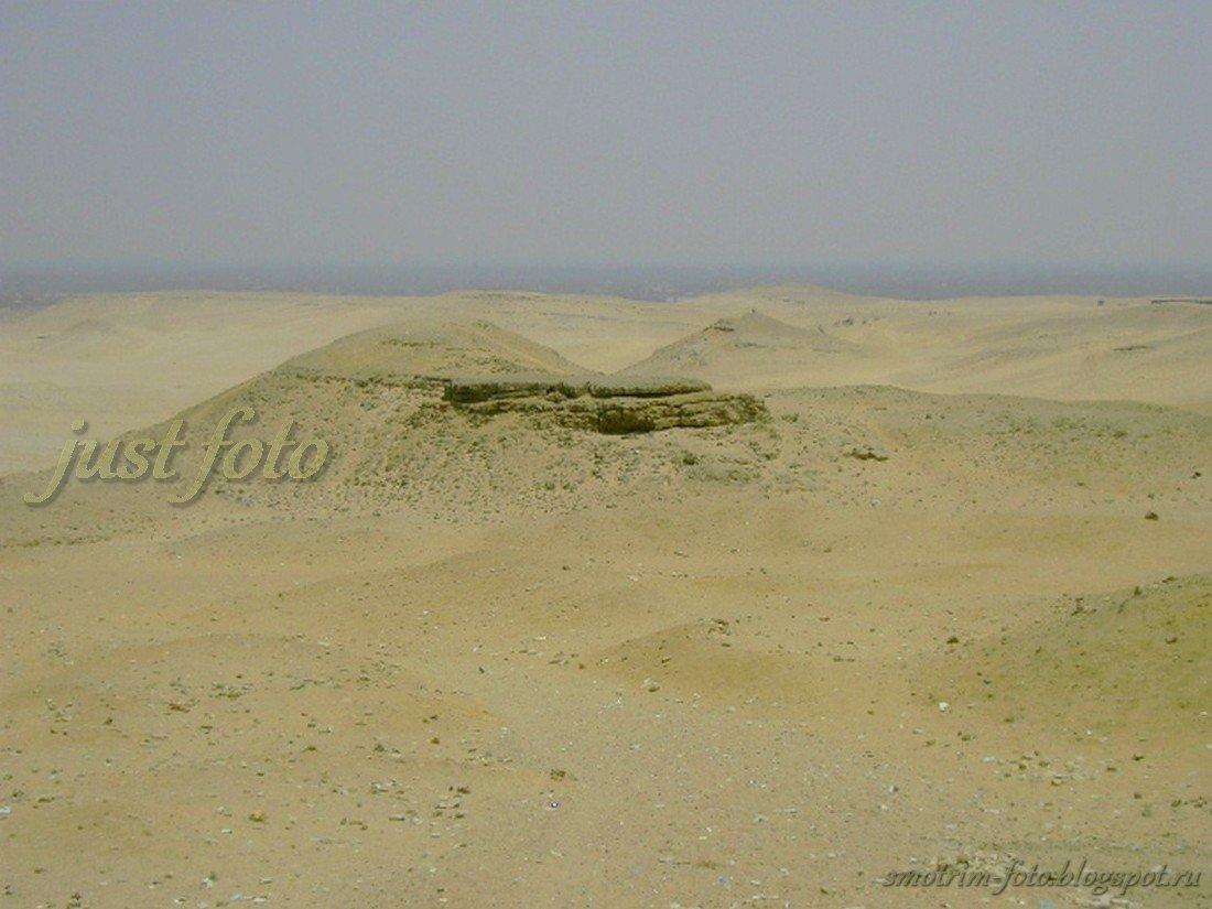 Египетские пирамиды находятся в Гизе, в пустыне